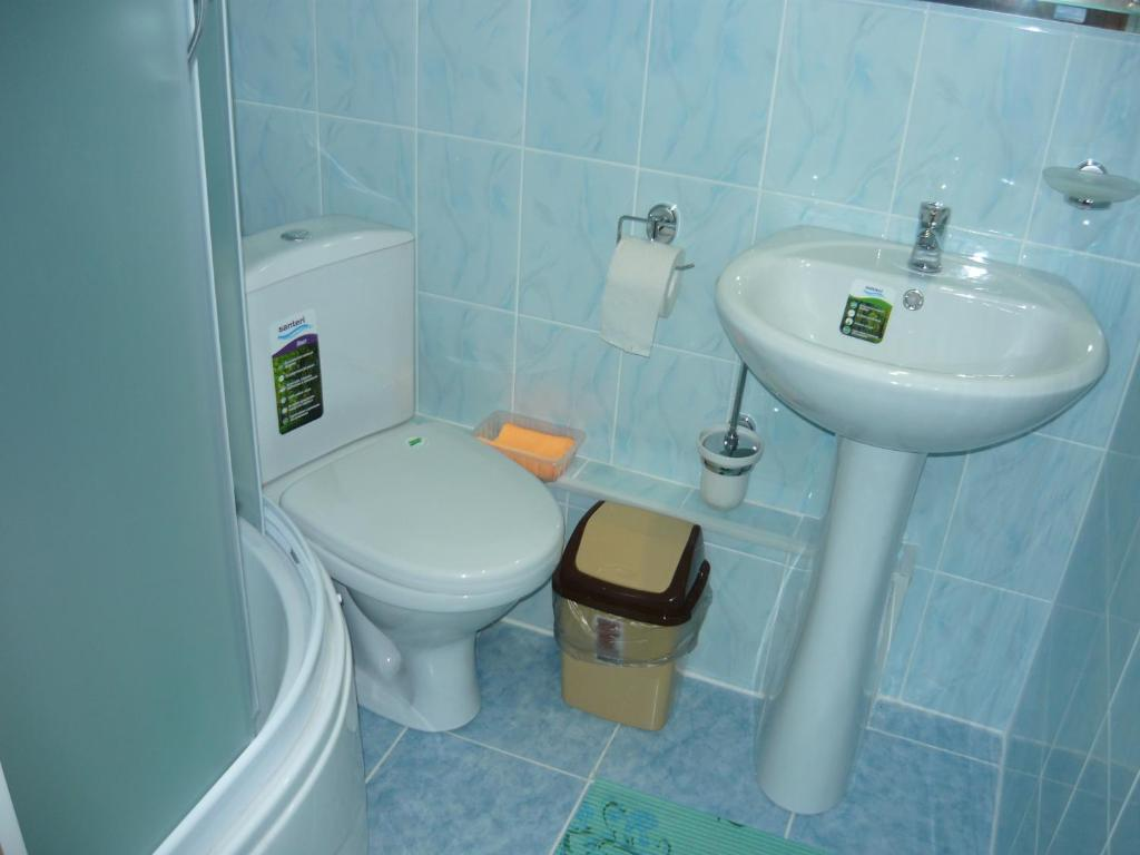 A bathroom at Guest House Azov