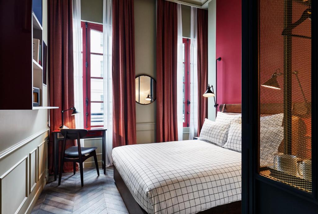 A bed or beds in a room at The Hoxton, Paris