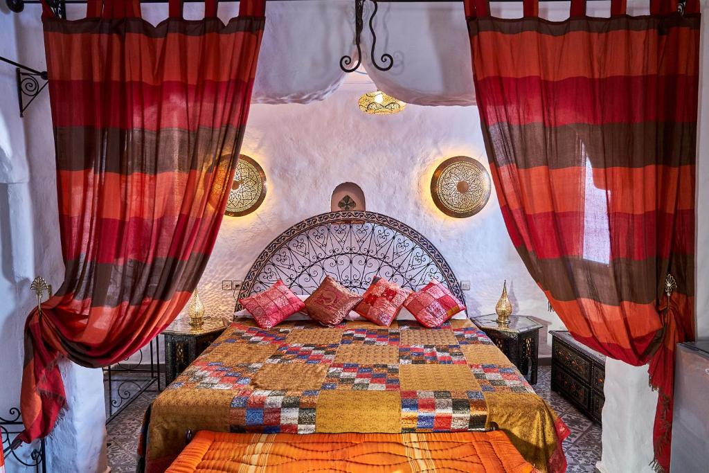 Een bed of bedden in een kamer bij Dar Yakout