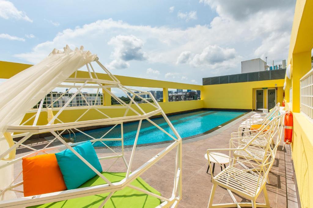 Het zwembad bij of vlak bij Fragrance Hotel - Selegie
