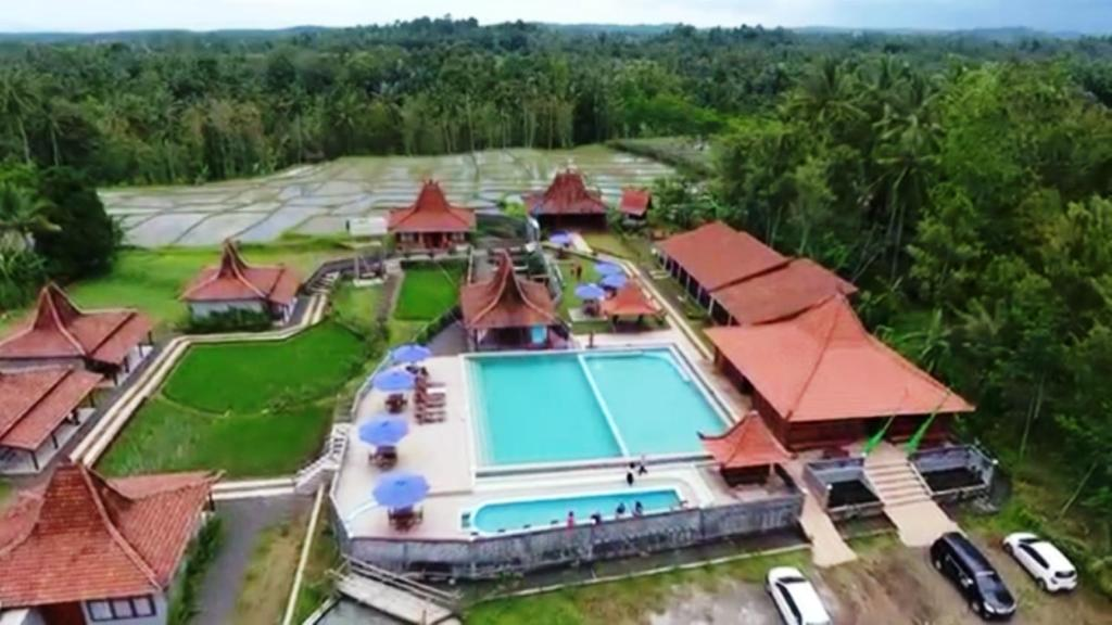 A view of the pool at Kampoeng Joglo Ijen or nearby
