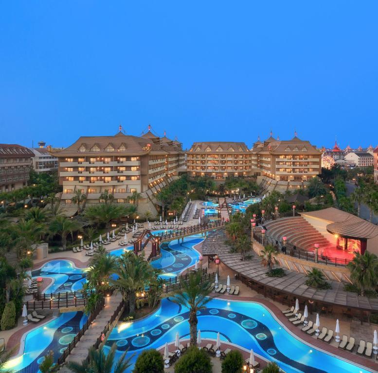 Uitzicht op het zwembad bij Royal Dragon Hotel of in de buurt