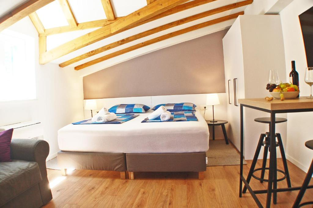 A bed or beds in a room at Duma Apartments Sibenik