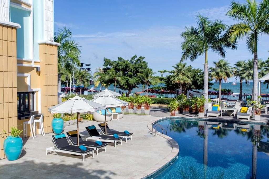 The swimming pool at or close to Wave Hotel Pattaya
