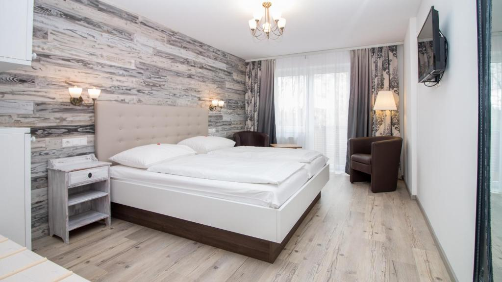 A bed or beds in a room at Hotel Diana Garni