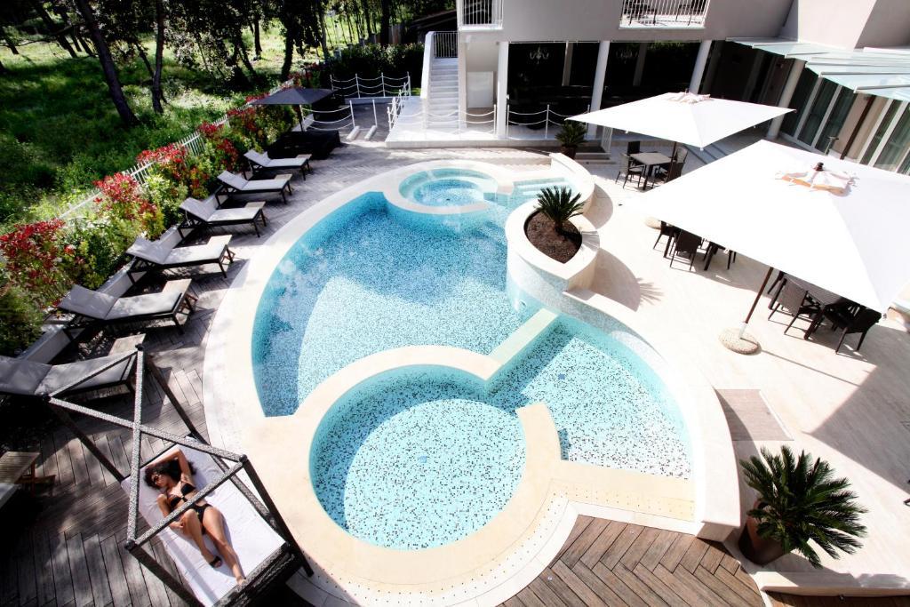 Vista sulla piscina di Hotel Stella Della Versilia o su una piscina nei dintorni