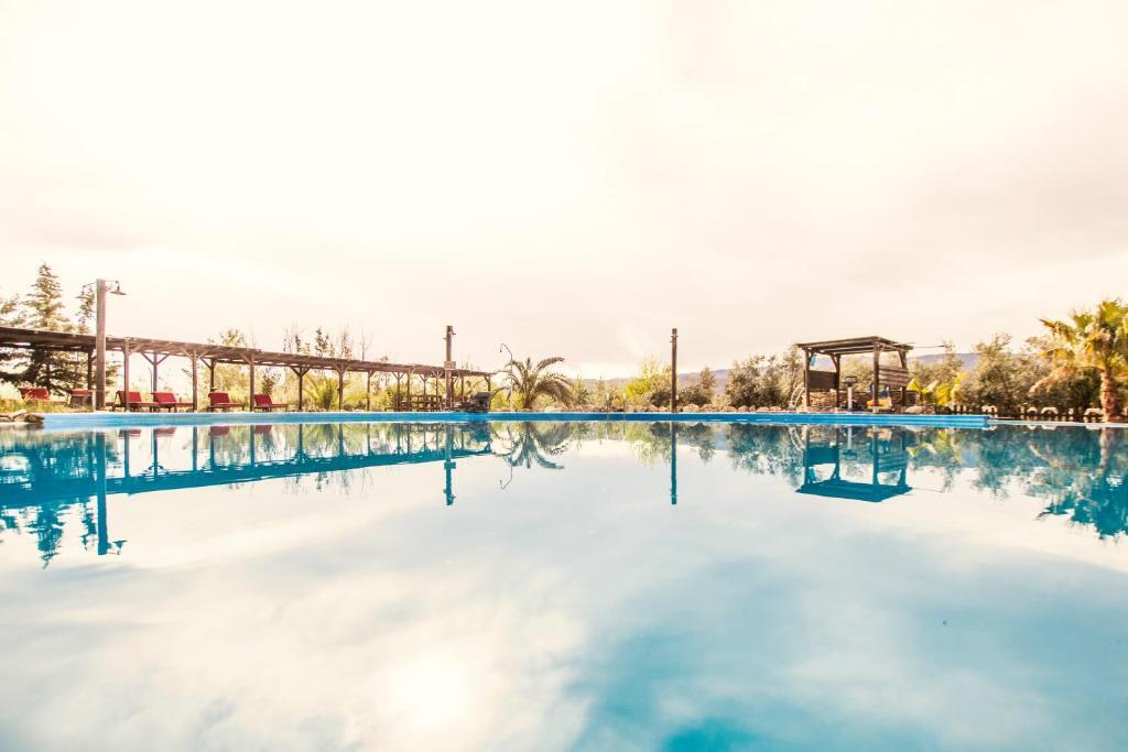 A piscina localizada em Alojamientos Rurales los Albardinales ou nos arredores