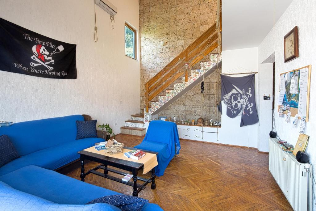 A seating area at Hostel Pirate