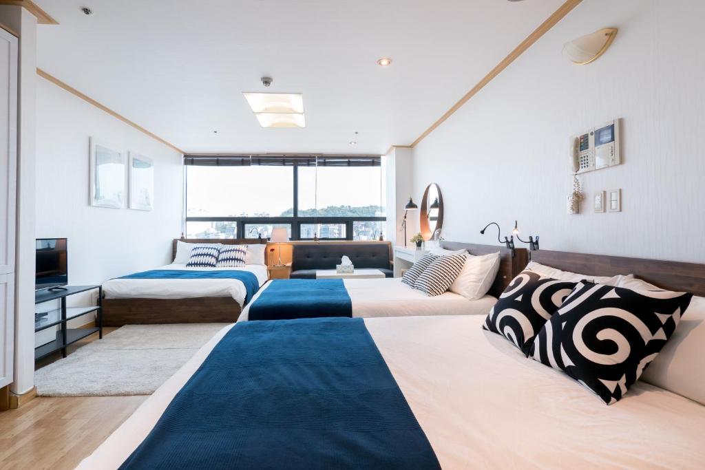 เตียงในห้องที่ Willow House Hongdae