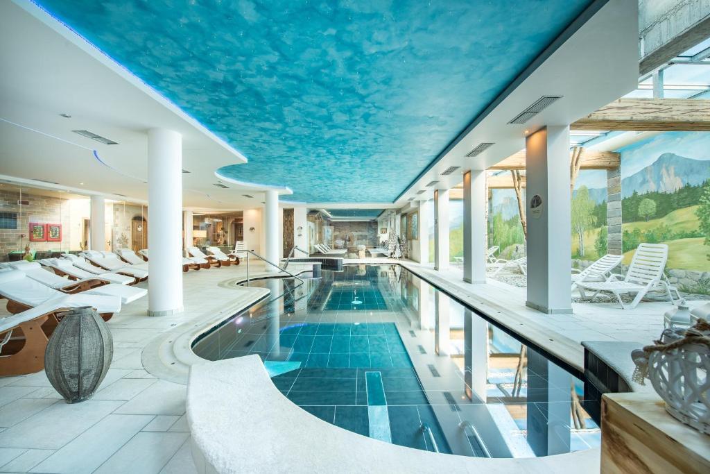 Der Swimmingpool an oder in der Nähe von Hotel Alpenrose