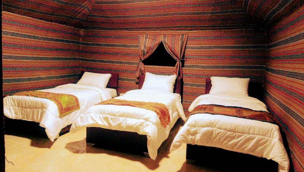 Cama o camas de una habitación en Beyond Wadi Rum Camp