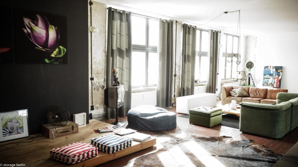 A seating area at Storage Loft Apartment