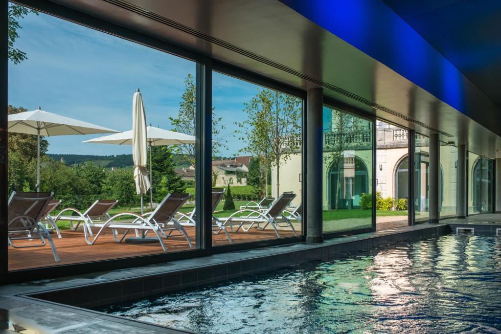 Der Swimmingpool an oder in der Nähe von Hôtel Spa La Cueillette