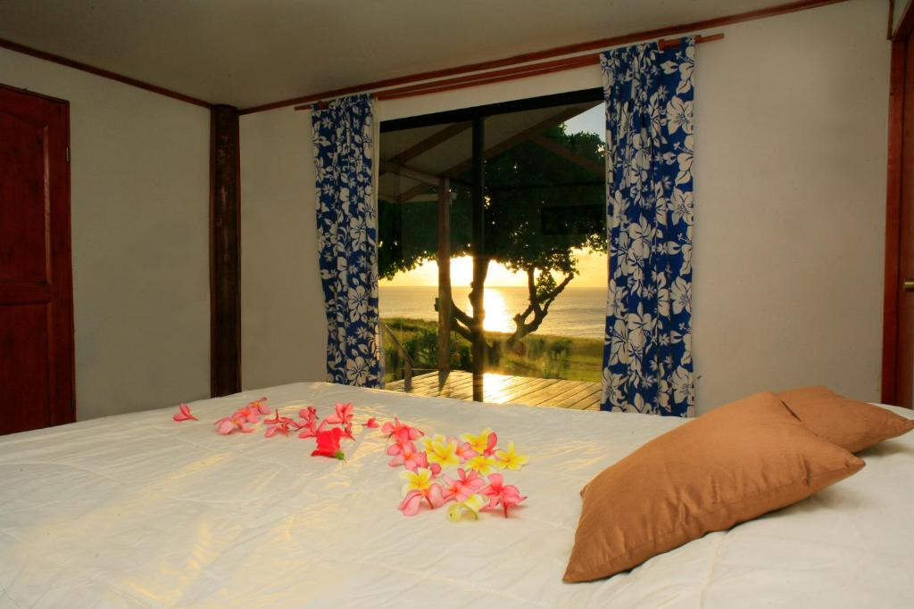 A bed or beds in a room at Cabaña Tuki Rapa Nui