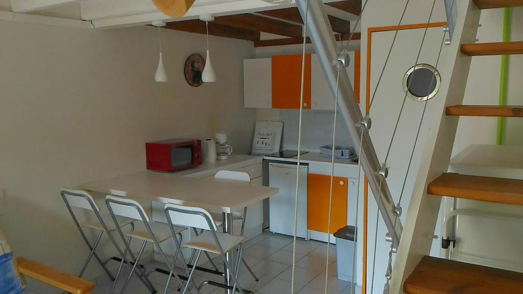 A kitchen or kitchenette at villa le hameau catalan