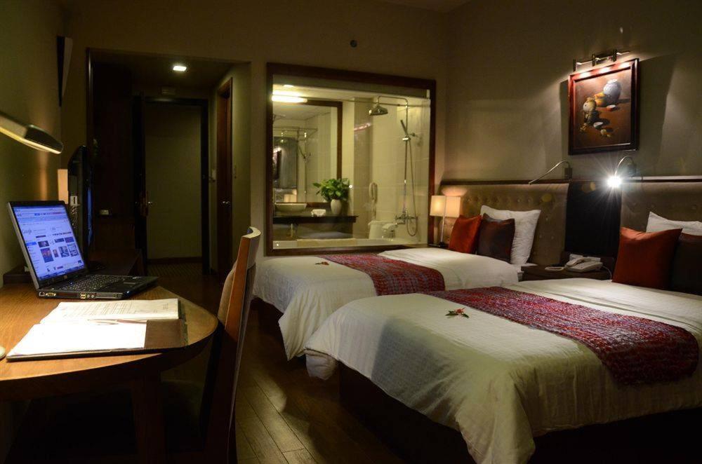 Giường trong phòng chung tại Asia Hotel Hue