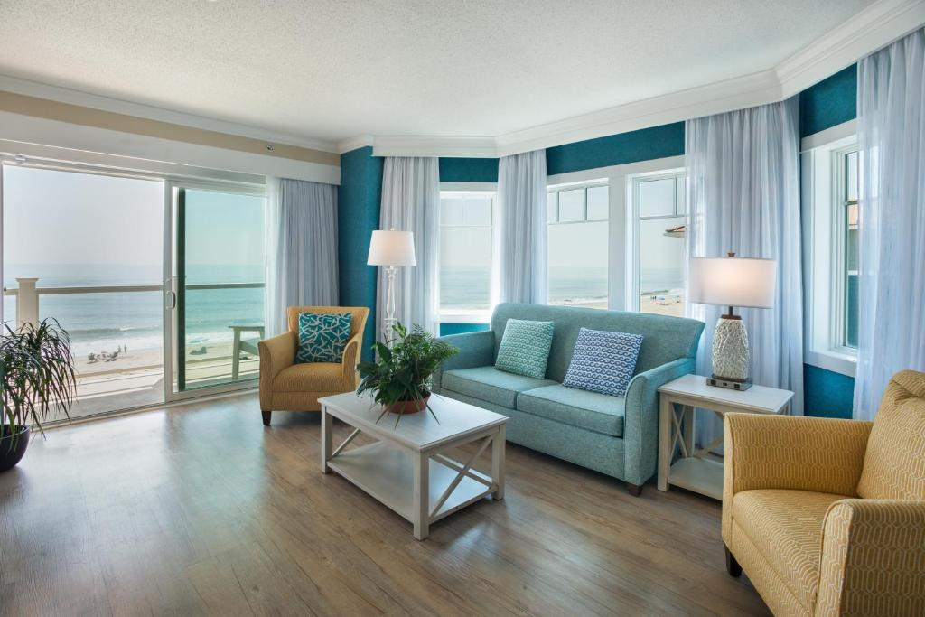 A seating area at Bethany Beach Ocean Suites Residence Inn by Marriott