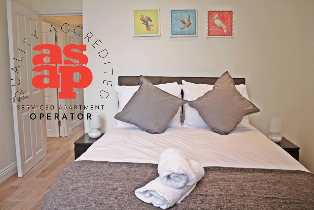 Ein Bett oder Betten in einem Zimmer der Unterkunft Urban Stay Cambridge Gardens Apartments