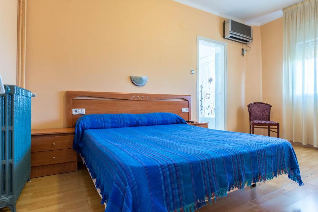 Cama o camas de una habitación en Hostal Urgell