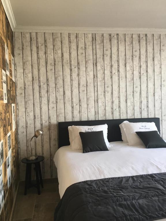 Un ou plusieurs lits dans un hébergement de l'établissement B&B Le Grand Cabaret