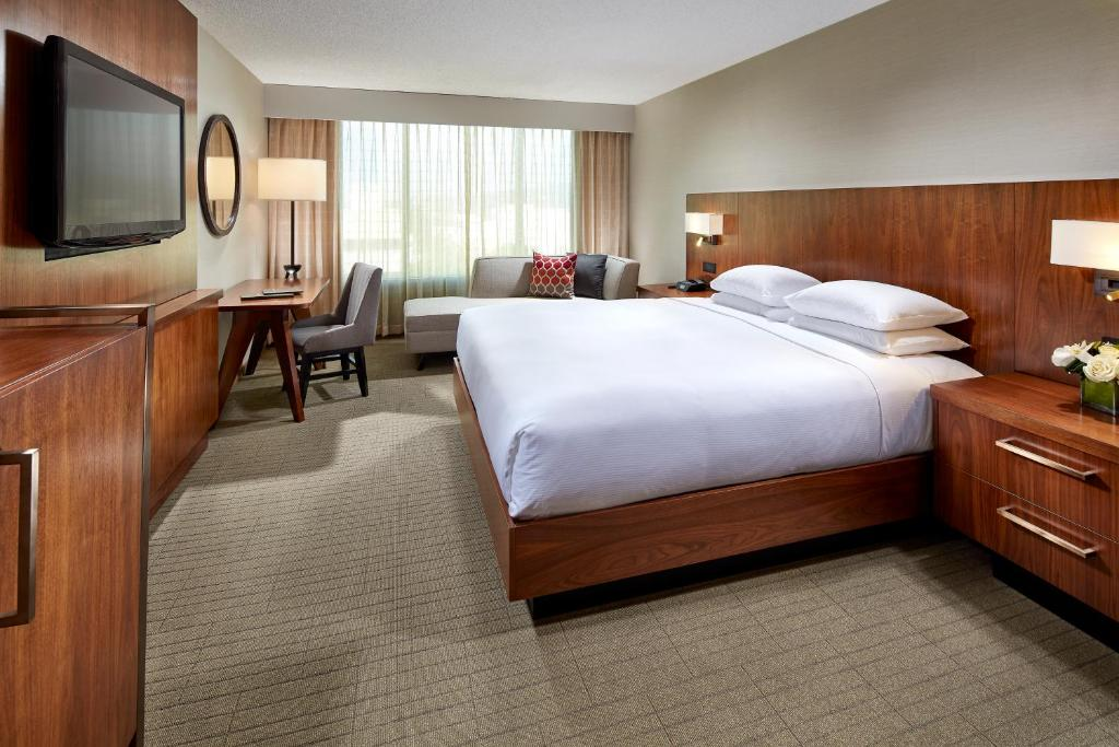 A bed or beds in a room at Hilton Pasadena