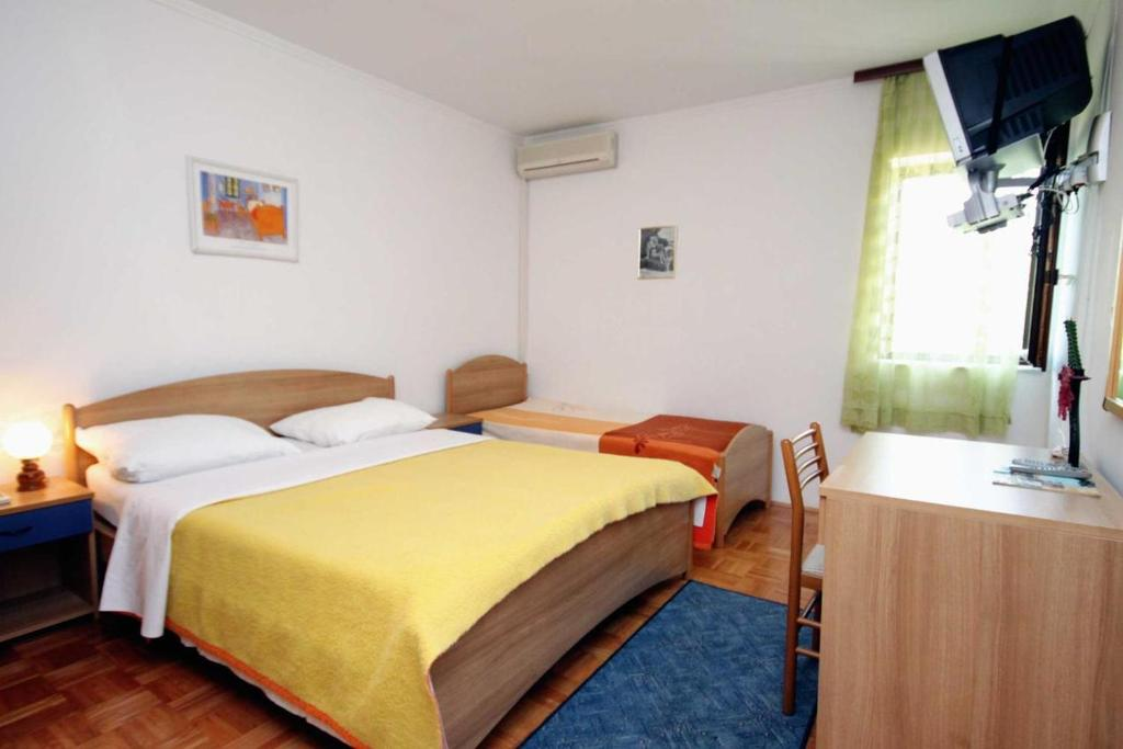 A bed or beds in a room at Apartment Krk 3231e