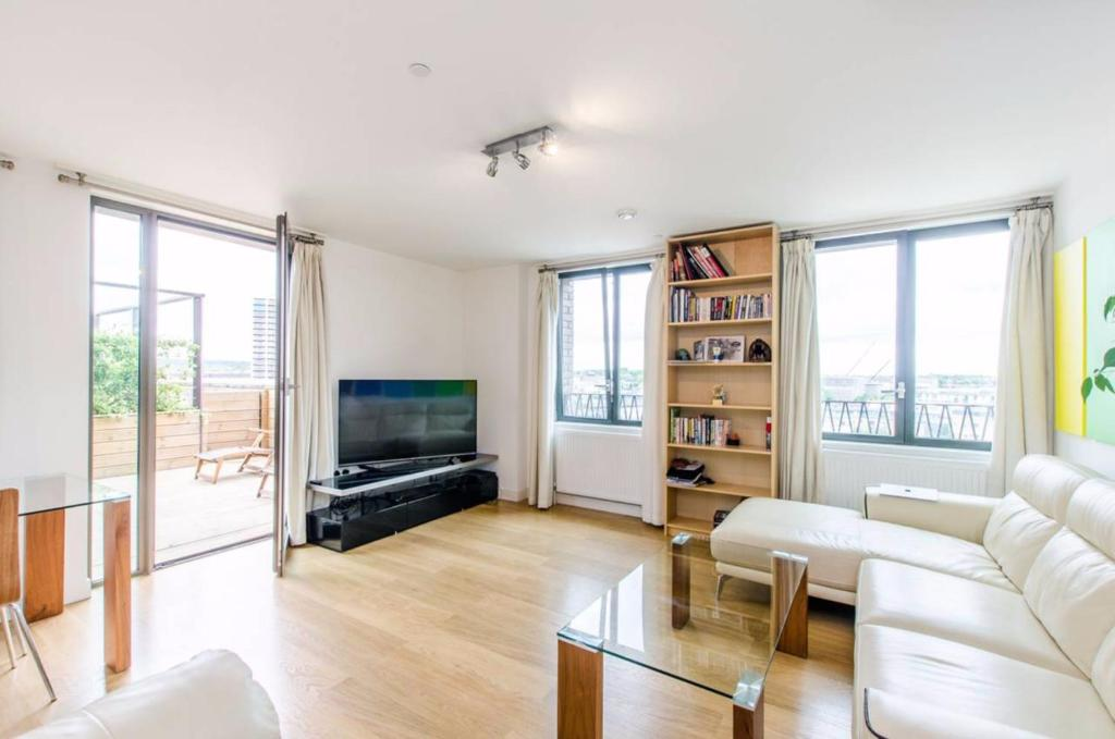A seating area at Stunning 2-Bed Flat w/ Terrace Next to Kings Cross
