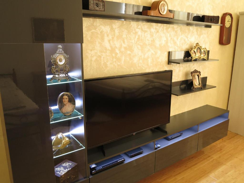 A television and/or entertainment center at Small Luxury Kapitol Apartment