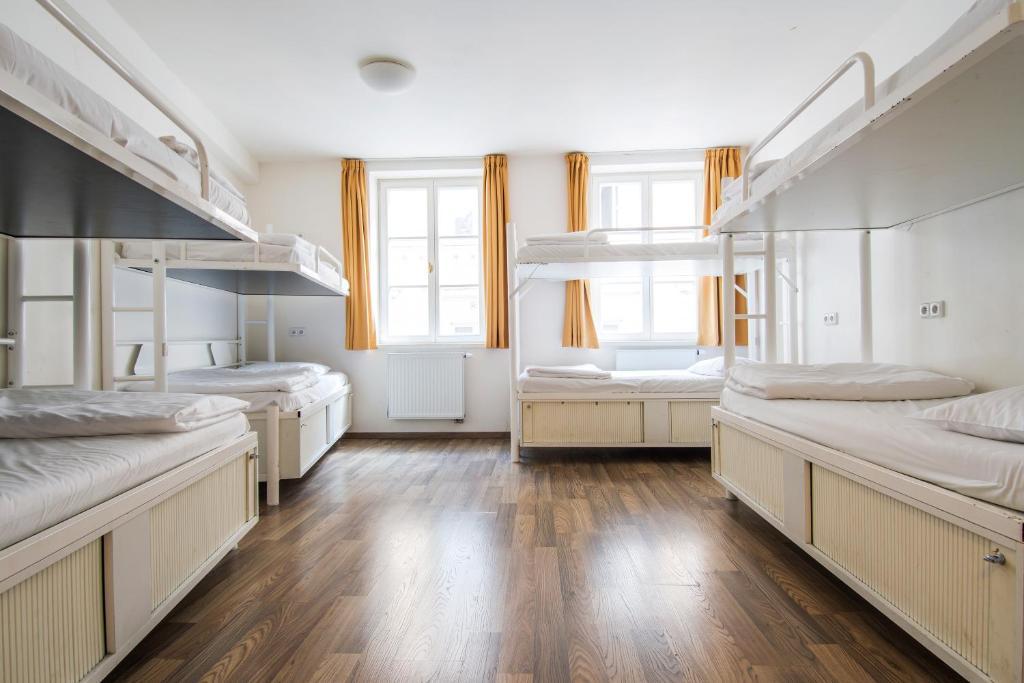 Uma ou mais camas em beliche em um quarto em Safestay Prague