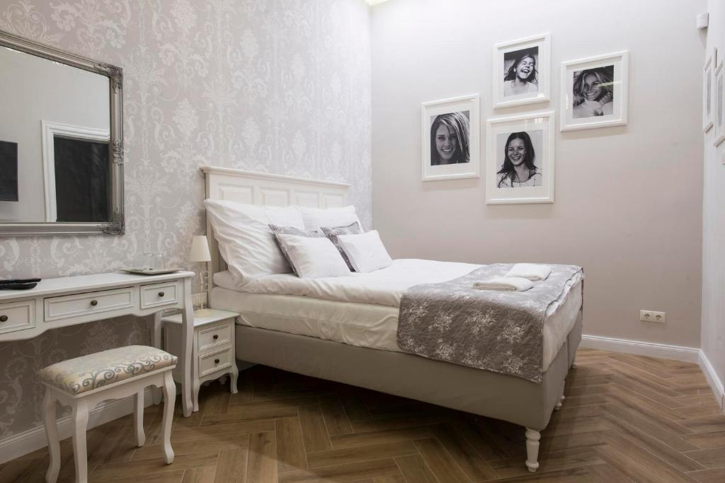 A bed or beds in a room at Serenity Boutique Budapest