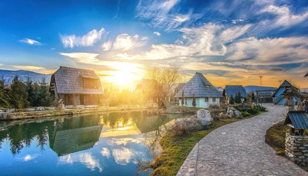Bazén v ubytování Etno Village Cardaci nebo v jeho okolí