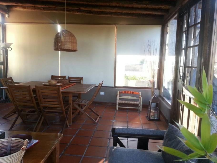 Un restaurant u otro lugar para comer en Casa Rural en los Viñedos