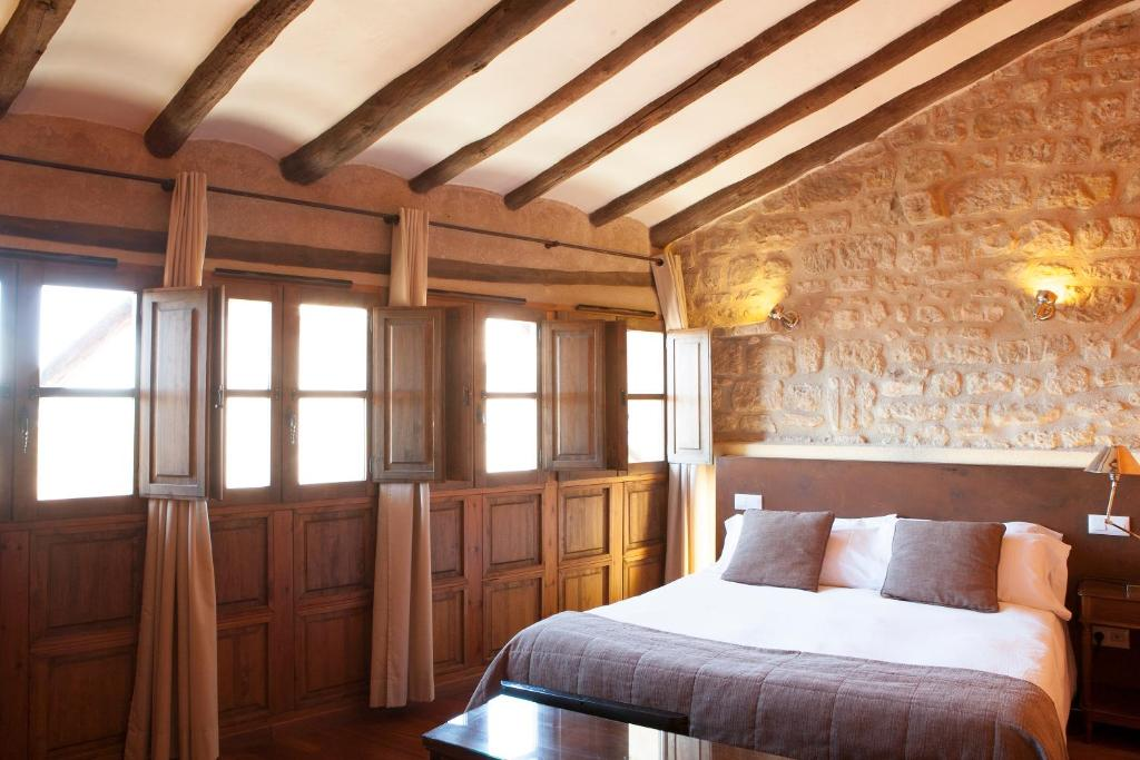 A bed or beds in a room at Hotel del Sitjar