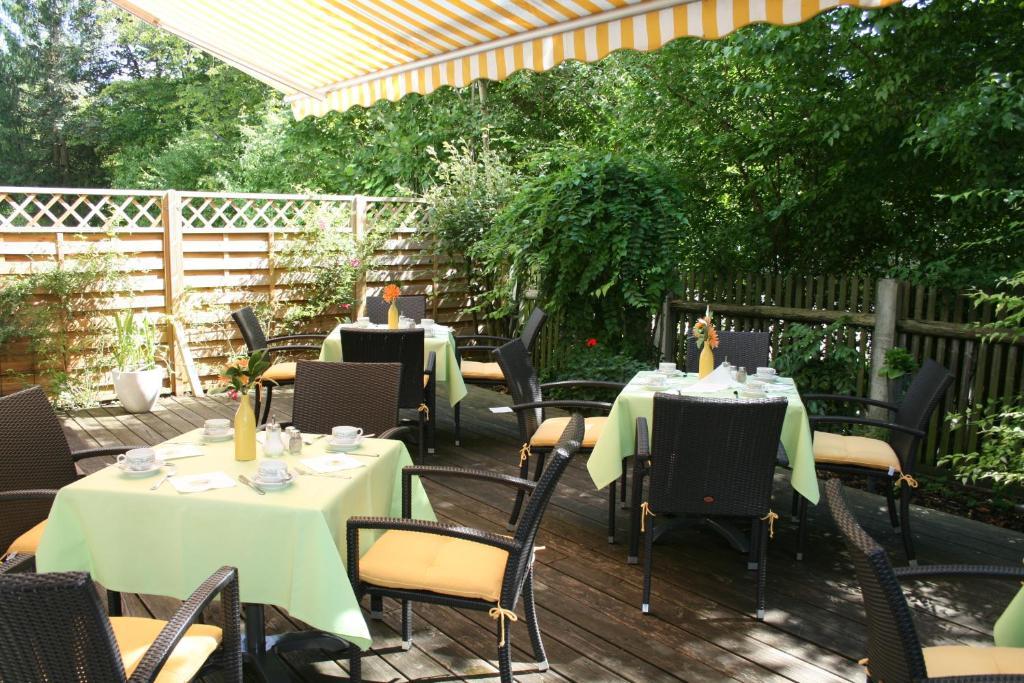 Ein Restaurant oder anderes Speiselokal in der Unterkunft Hotel Stadt Pasing