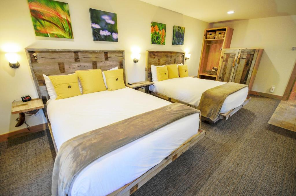 A bed or beds in a room at Tahoe Vistana Inn