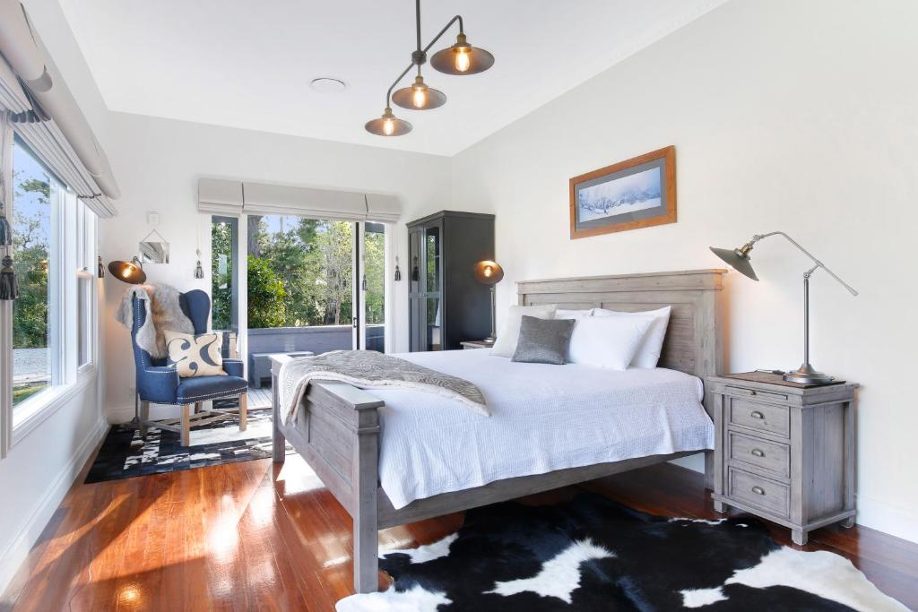 A bed or beds in a room at Romanz in the valley (Luxury B&B)