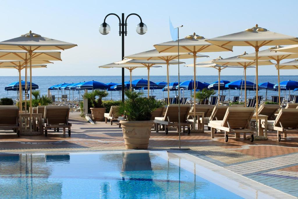 Bazén v ubytování Park Hotel Brasilia nebo v jeho okolí