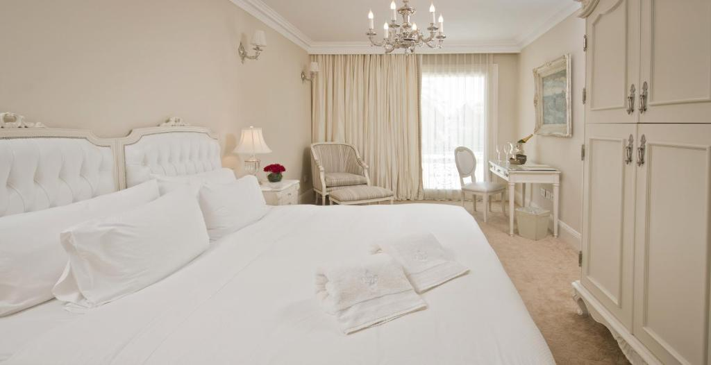 A bed or beds in a room at Hotel Sainte Jeanne