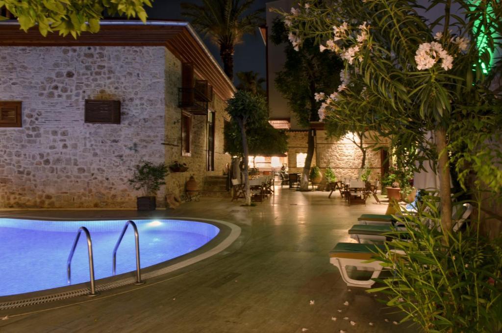 Бассейн в White Garden Hotel или поблизости