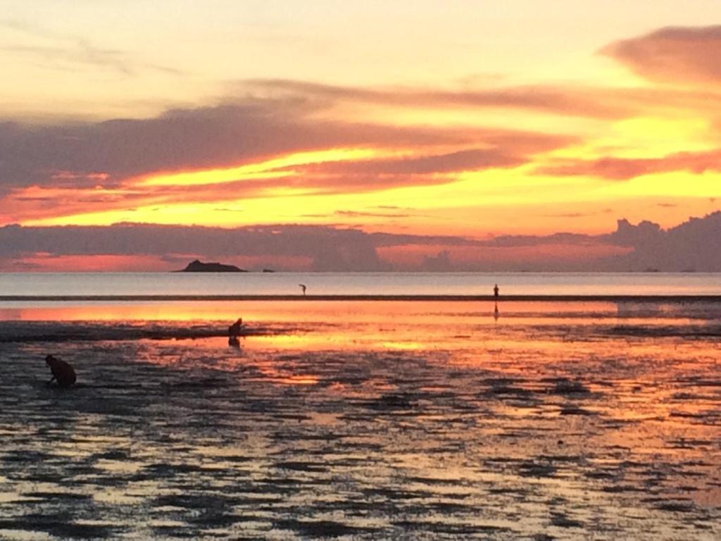 Blick auf den Sonnenuntergang/Sonnenaufgang von des Resorts aus oder aus der Nähe