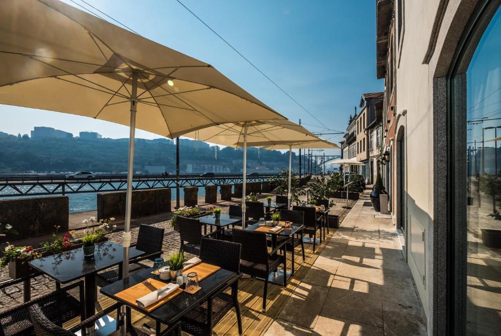 Un restaurante o sitio para comer en Vila Gale Porto Ribeira