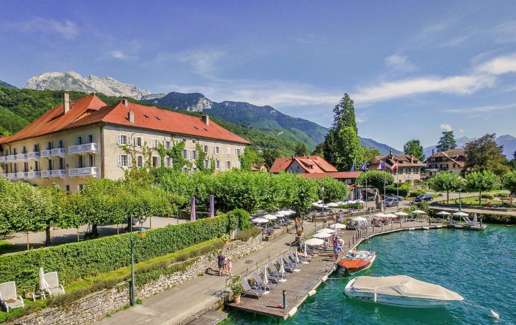 Uitzicht op het zwembad bij Abbaye de Talloires of in de buurt