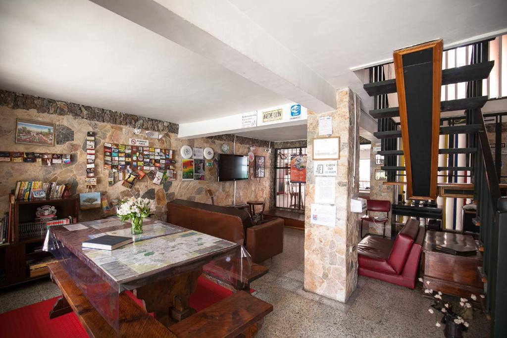 The lounge or bar area at Hostal medellin