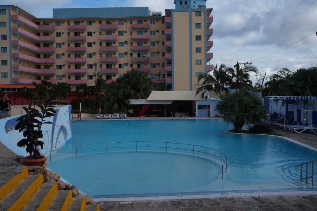 Peldbaseins naktsmītnē Hotel Gran Caribe Sun Beach vai tās tuvumā