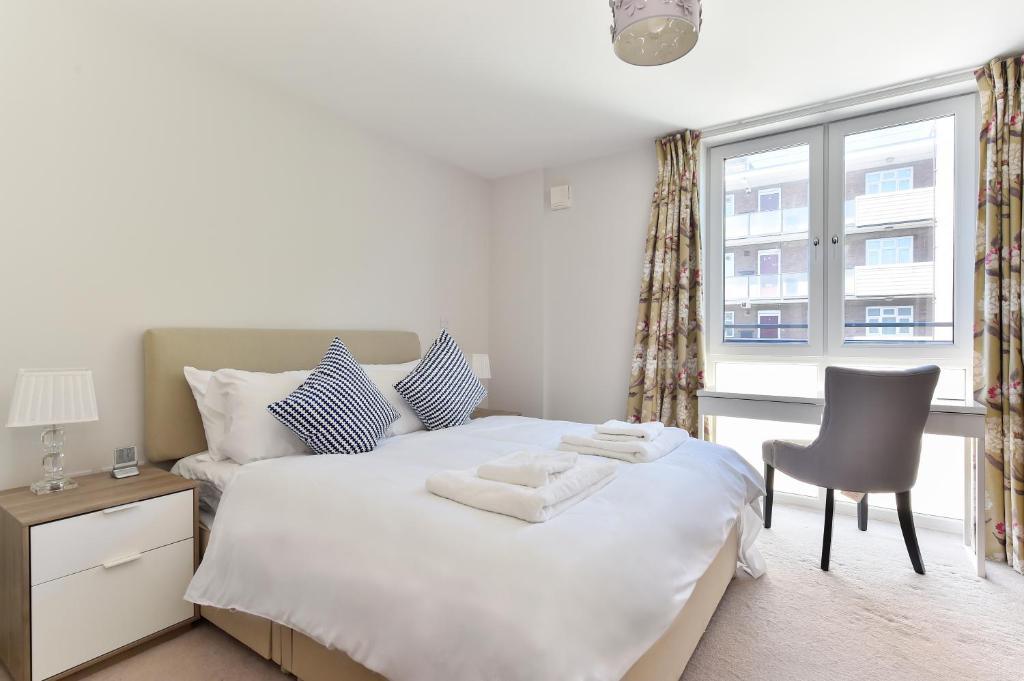 Een bed of bedden in een kamer bij Superb apt for 6 with balcony, 10mins to East Putney