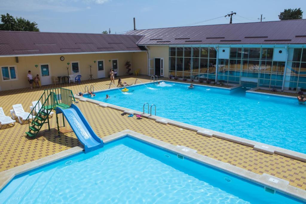 Бассейн в Holiday Park Izumrud или поблизости