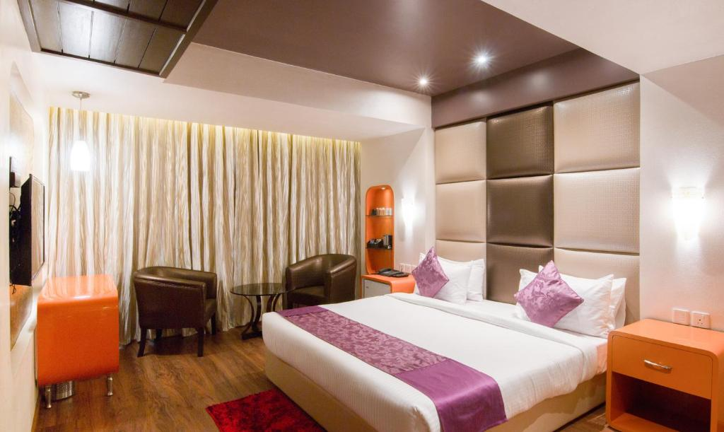 A bed or beds in a room at Treebo Tryst Ritu Ivy