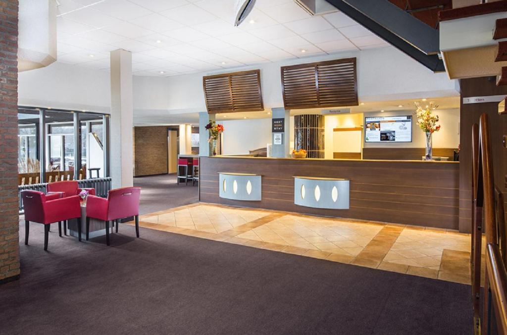 De lobby of receptie bij Postillion Hotel Arnhem
