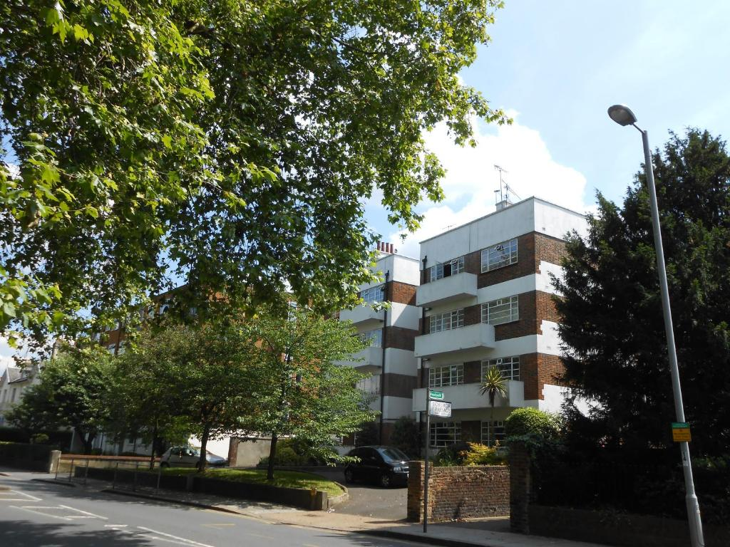 2 Bed Apartment In Viceroy Lodge Central Surbiton Kingston