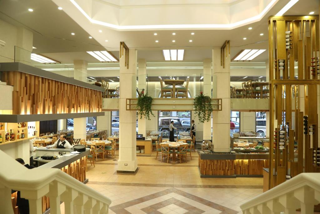 A restaurant or other place to eat at Golden Tulip Serenada - Boutique Hotel